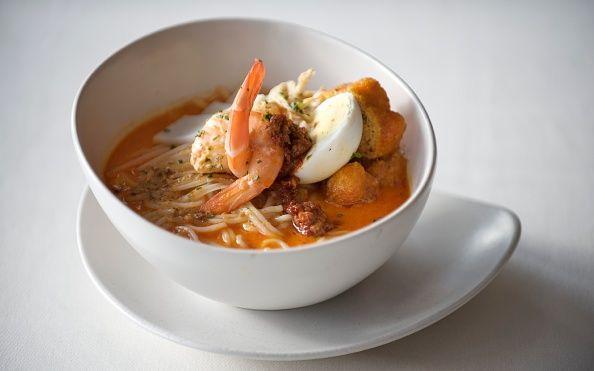 """""""【シンガポール】初めての「ラクサ」は、この店で♪ ココナッツミルクをベースとしたスパイシーなスープに、米麺がマッチする「ラクサ」。未体験なら、一度は食べてみて!"""""""