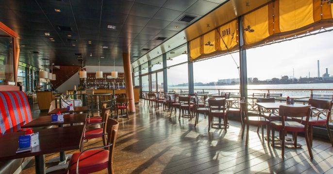 Het Grand Café van het Delta Hotel in Vlaardingen, je zit als het ware in de Nieuwe Waterweg en voelt de golven bijna aan je voeten. Unieke locatie en de kaart bevat heerlijke, gerechten vaak op een aparte wijze bereid en/of gepresenteerd