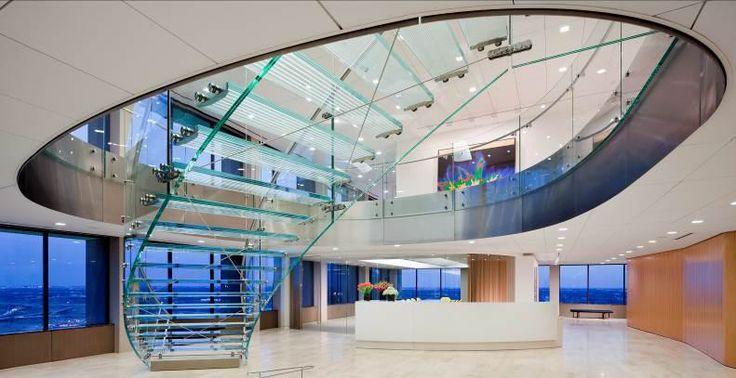 Escalera con huella y barandal de cristal. Glass Staircase.