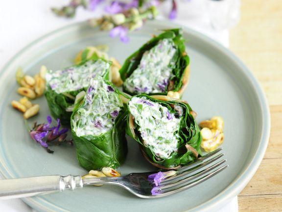 Mangoldrouladen mit Füllung aus Ziegenfrischkäse und Salbeiblüten ist ein Rezept mit frischen Zutaten aus der Kategorie Blattgemüse. Probieren Sie dieses und weitere Rezepte von EAT SMARTER!