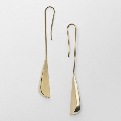We collaborated with celebrated British designer Miranda Watkins on a collection of modern, sculptural jewelry that translates our understated aesthetic into effortlessly wearable pieces. These earrings are made from 18k gold-plated sterling silver and feature asymmetrical forms that hang below the ear.