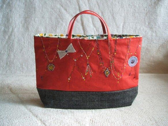 ハンドメイドのコラージュやミシンステッチのおしゃれなバッグインバッグです。上部は渋めの赤で下は濃いグレーのダンガリー。ラメ入りのミシン糸のステッチや、いろいろ...|ハンドメイド、手作り、手仕事品の通販・販売・購入ならCreema。