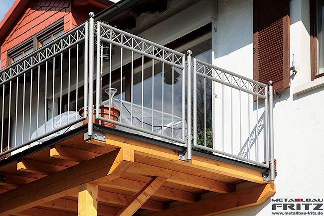 Anbaubalkon aus Holz mit einem Geländer das feuerverzinkt und farbbeschichtet ist - Balkon / Balkongeländer 28-04 - (c) by Metallbau Fritz