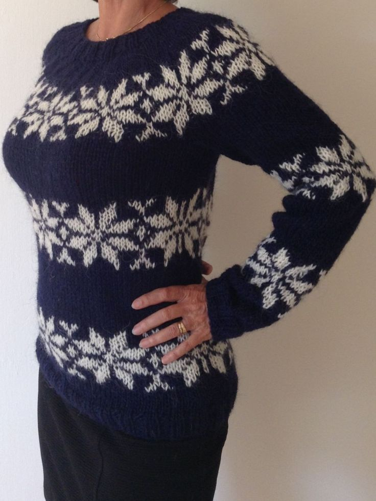 Sarah Lund sweater i mørkeblå med råhvide stjerner. Sarah Lund sweater in dark blue with off-white stars. Hand knitted especially for you in your size and in your colors in pure Icelandic wool. Just order from www.frustrik.dk