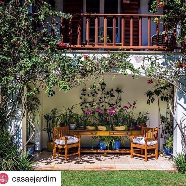 Alguém reconhece??? Um dos cantos que mais ❤ na casa da minha mãe num dos perfis/revistas que tb mais ❤🙏🏼😘😘😘 @casaejardim with @repostapp ・・・ Tutorada, a primavera atinge a varanda do quarto do casal. Na parte de baixo, um aparador de madeira reúne uma pequena coleção de orquídeas. Veja mais cantinhos como esse em casaejardim.com.br #paisagismo #jardim #jardinagem #garden #landscape #gardening @marciazahran @casadevalentina