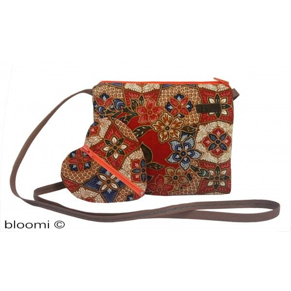 Small and elegant padded pouch for a cross-body carrying. Handmade in Paris. #bloomi #paris #handbags #batik #blue #india