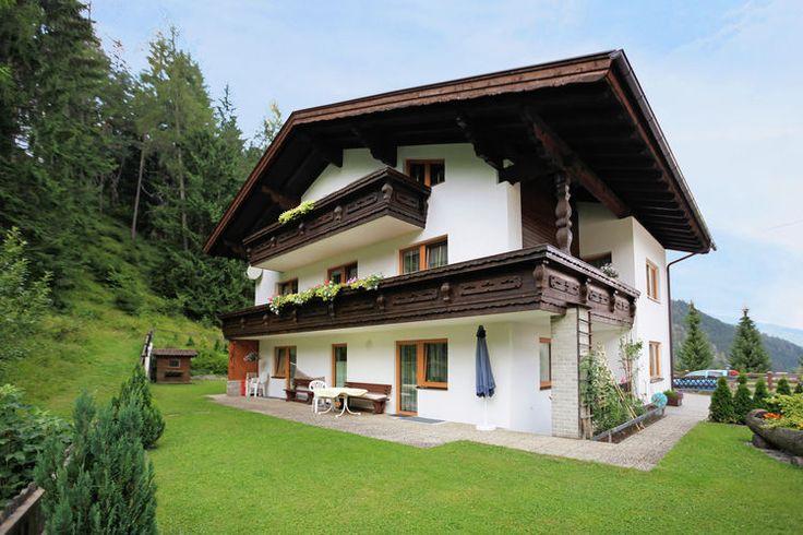 Wie een leuk vakantiehuis in Oostenrijk wil huren doet er eens goed aan naar deze leuke vakantiewoning in de regio Tirol te kijken. Deze accommodatie is geschikt voor maximaal 7 personen en perfect om te reserveren voor de wintersprort.   Maar ook in de zomervakantie is het prima toeven in dit vakantiehuis.  Het aanbod van vakantiewoning in Oostenrijk is trouwens nog veel breder dus neem gerust een kijkje op onze website.