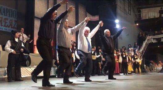 Παλικάρια με… άσπρα μαλλιά διδάσκουν πώς χορεύεται ο πυρρίχιος! (βίντεο)