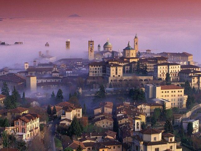 A két önálló részből álló Bergamo város a toronymagasan fekvő Bergamói Alpok lábánál található. A Città Alta vagyis a Felsőváros, egy középkori város, amelyet egy XVI. században épült fal ölel körül, míg az alsó rész, a Città Bassa egy viszonylag modern város. A legtöbb látogató egyenesen a régi városrészbe megy, hogy felfedezze a gyönyörűen megőrzött középkori és reneszánsz építészet látnivalóit valamint a festői tereket...