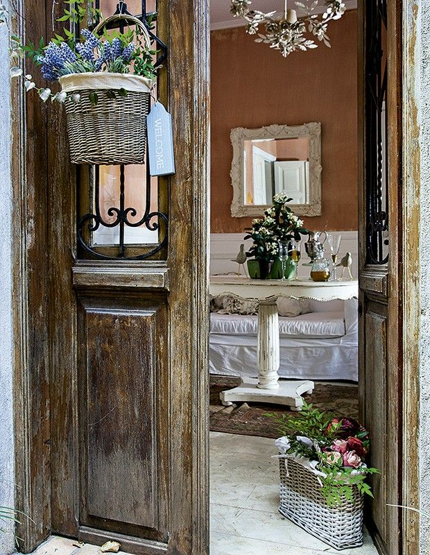 Aqui, a cesta Villa Pano pendurada na porta dá as boas-vindas. No chão, a bolsa de vime D. Filipa segura a porta e decora (Foto: Cacá Bratke/Editora Globo)