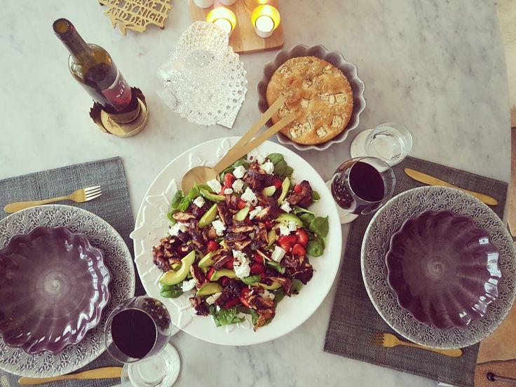 Hälsosam sallad med kyckling, fetaost, avokado, spenat, jordgubbar, pinjenötter, granatäpple  https://lailas.me/2017/08/13/frascht/  #recept