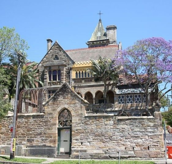 Essa mansão assombrada foi colocada à venda no ano de 2009 pelo valor de R$ 18 milhões (US$ 10 milhões). Chamada de The Abbey, está localizada no bairro de Annandale, em Sidney, na Austrália. A mansão tem 50 quartos e dizem que todos esses cômodos escondem coisas assustadoras, pois uma loira de branco vaga por lá