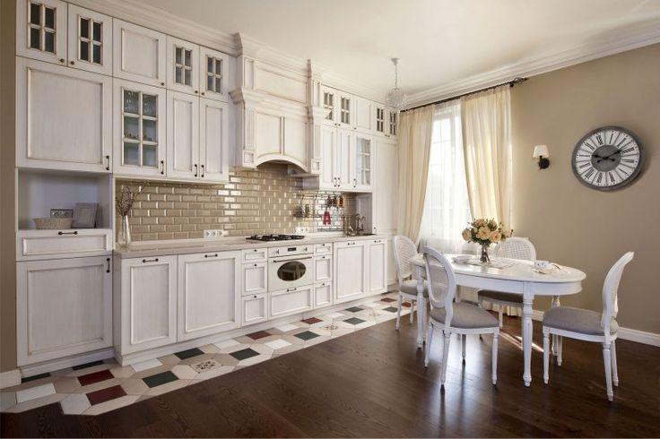 Керамическая плитка на полу классической кухни