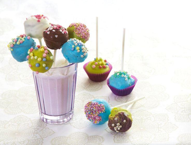 """Cakepops er noe av det hotteste og morsomste innen baking for tiden! Kort fortalt er det """"kjærlighet på pinne""""-kake pyntet etter din egen fantasi. Cakepops er perfekt til skoleavslutninger, barnebursdager og andre anledninger for den yngre garde! Denne oppskriften gir ca 30 smakfulle cake pops."""