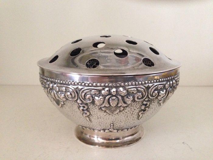 Online veilinghuis Catawiki: Zilveren Djokja bloemensteker met floraal reliëfdecor