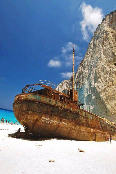 ナヴァイオ島には座礁した難破船がそのまま残っている。ギリシャ観光・旅行の見所を集めました!
