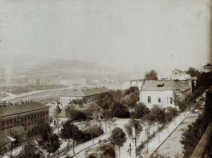 a Palota út és a Lovas út a Tóth Árpád (Bástya-) sétányról nézve.  Háttérben a Vérmező. A felvétel 1890 után készült. A kép forrását  kérjük így adja meg: Fortepan / Budapest Főváros Levéltára. Levéltári  jelzet: HU.BFL.XV.19.d.1.08.136