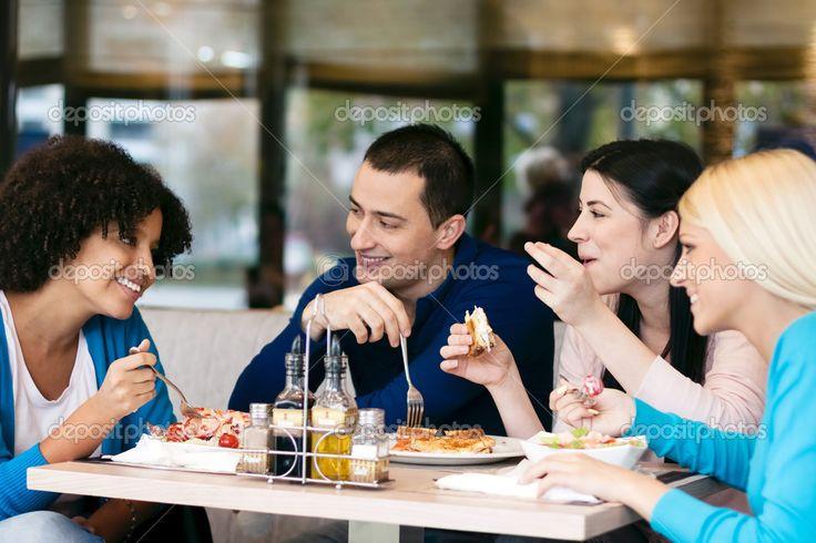 Скачать - Веселые друзья чате во время обеда — стоковое изображение #20182959