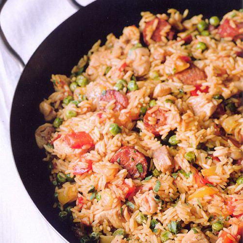 Gordon Ramsay: paella met kip en chorizo, uit het kookboek 'Wereldgerechten' van Gordon Ramsay. Kijk voor de bereidingswijze op okokorecepten.nl.