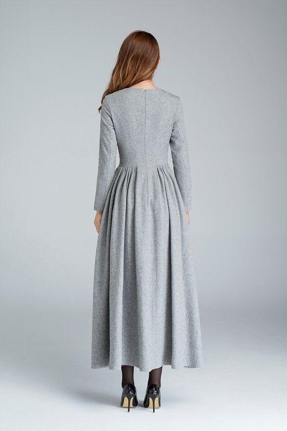 Détails : * Fabriqué à partir de laine grise * Autour de l'encolure * fermeture à glissière arrière * plus de détails plissés * robe, robe de soirée  GUIDE DE TAILLE  Disponible chez les femmes U.S. tailles 2 à 18, en plus de la taille faite sur commande et plus la taille.  Tableau des tailles PDF https://img1.etsystatic.com/117/0/7768512/icm_fullxfull.88761713_kppuw4pg028c0wso0ckk.pdf  PHOTO https://img0.etsystatic.com/106/0/7768512&#x2F...