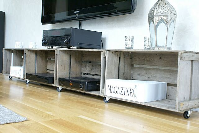 Quem disse que é necessário um rack caro para ficar com a sala de tv legal?