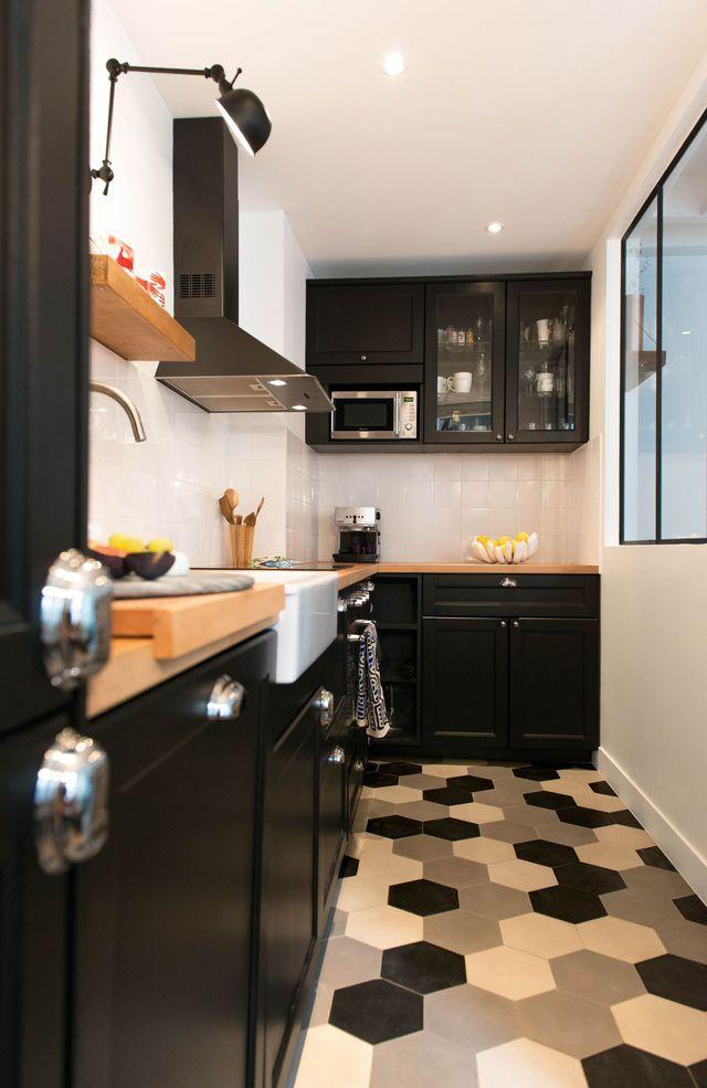 Dans cette cuisine tout en longueur, les carreaux de ciment black & white donnent du caractère à la pièce. Plus de photos sur Côté Maison http://bit.ly/1SLcTI3