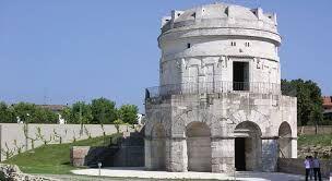 Mausoleo di Teodorico; prima del 526 d.C.; pietra d'Istria; Ravenna.   Su un basamento a pianta decagonale si imposta il corpo del piano superiore del mausoleo fatto erigere da Teodorico per accogliere le proprie spoglie. Un secondo corpo cilindrico sorregge una cupola monolitica che conclude la costruzione.