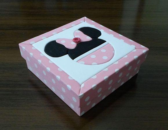 Caixa em Mdf com patchwork embutido. Minie Mouse na cor rosa, pode ser feito na cor vermelha também. Detalhe com botão no laço. R$ 28,00