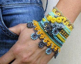 Einzigartige Glasperlen häkeln Manschette in rot, blau und orange Farben.  Dieses Armband häkeln aus Baumwollgarn, ist mit Glas Rocailles, Toho japanische Perlen verziert. Тhe Perlen sind Varianten von blau (hellblau, dunkelblau) und roten Farben. Das Armband ist mit der High-End-Perlen gemacht. Das Armband sind mit gehäkelten Blumen und Perlen Kugeln geschmückt. Oberkante des Armbandes sind dekoriert mit Perlen häkeln-Einfassung. Ich habe diese Manschette mit eine freie Form-häkeln-Technik…