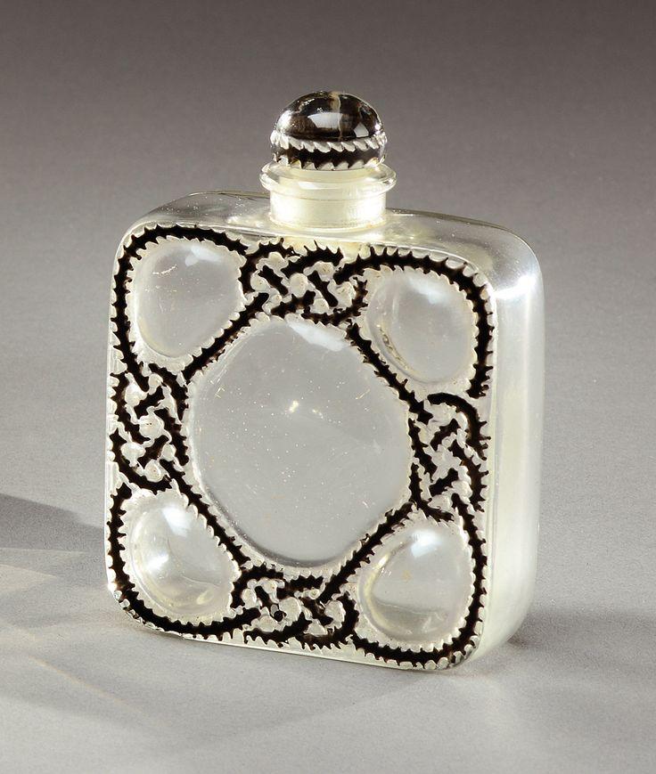 RENE LALIQUE (1860-1945) pour FORVIL Flacon de parfum «Les cinq fleurs» de forme carrée à angles arrondis, en verre blanc soufflé-moulé à décor d'entrelacs émaillés noir. Signé «R.Lalique France».