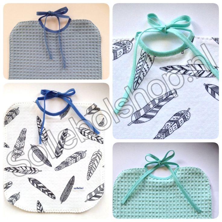 Super hippe, handgemaakte slabbetjes kun je bij ons bestellen op www.sollebolshop.nl. Zwart-wit, met veertjes en aan twee kanten te dragen.
