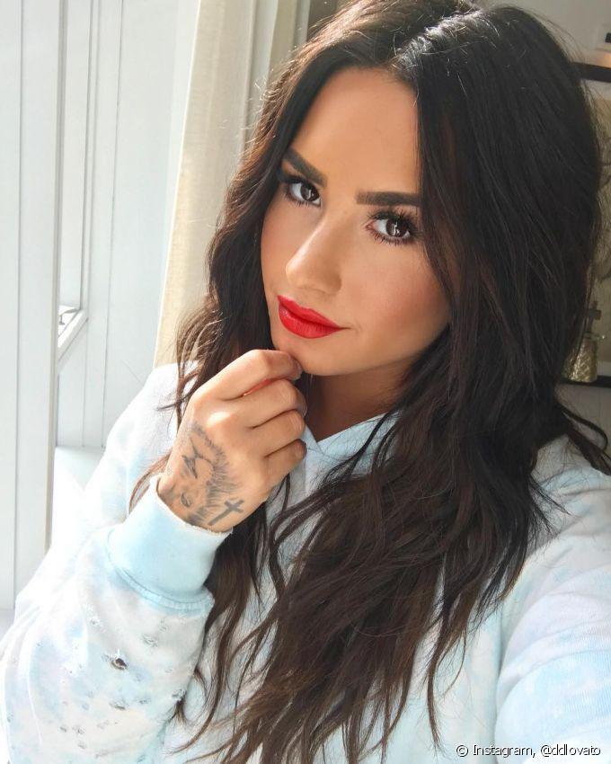 Que tal o look poderoso, simples e bem valorizado com o batom vermelho cremoso? Saiba mais sobre a aposta de maquiagem de Demi Lovato e copie esse visual! (Foto: Instagram @ddlovato)