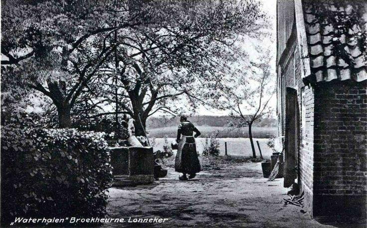 Broekheurne BeschrijvingZicht op boerderij met waterhalende boerin. CollectiesFotoarchief Stadsarchief Enschede  Datering1920 #Overijssel #Twente