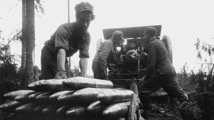 Suomalaiset sotilaat lataavat kevyttä kanuunaa Karjalan kannaksella. SA-kuva.