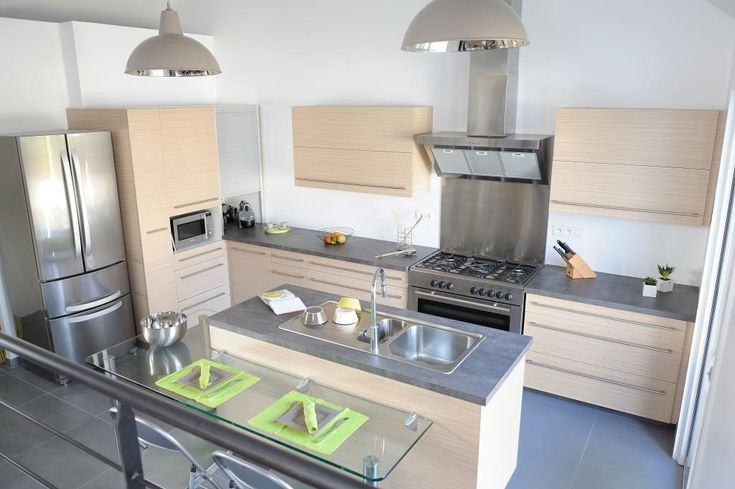 A very light modern kitchen using inox and light wood for Cuisine moderne en bois et inox