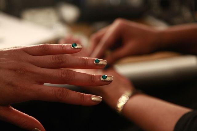 Gold Nageldesign Ideen grüne Glitzersteine