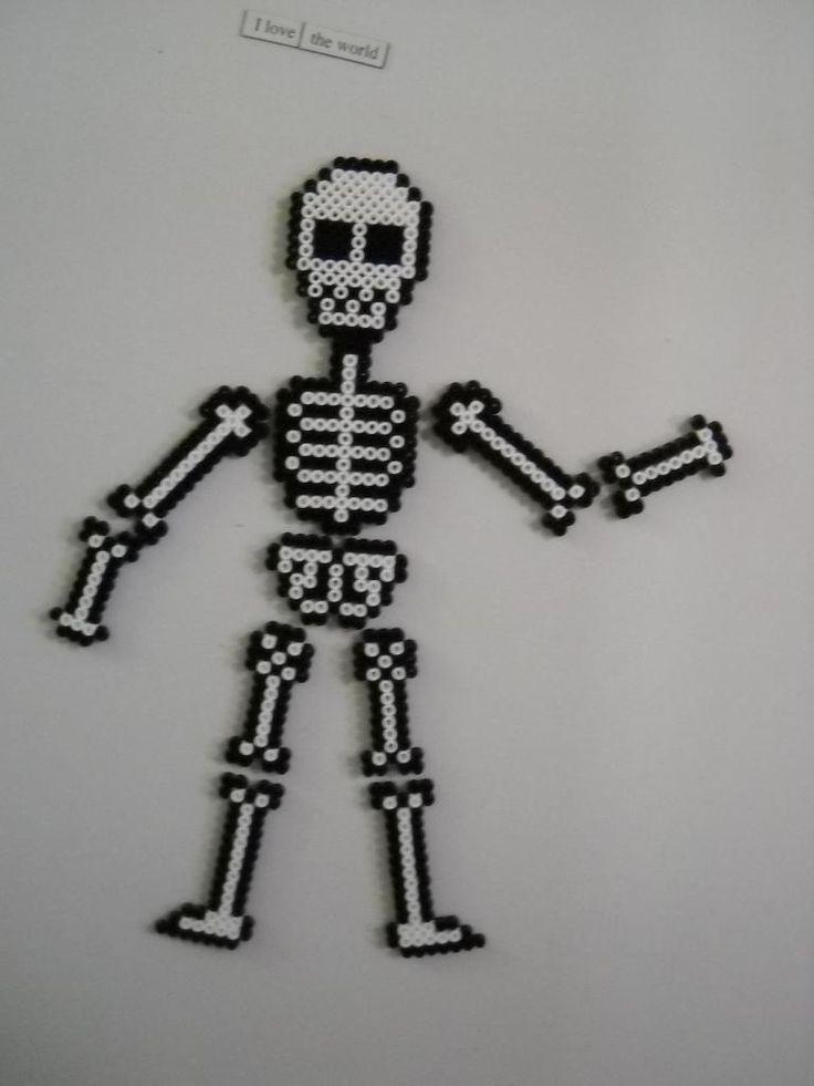Halloween skeleton fridge magnets perler beads by calixita http://mistertrufa.net/librecreacion/culturarte/?p=12