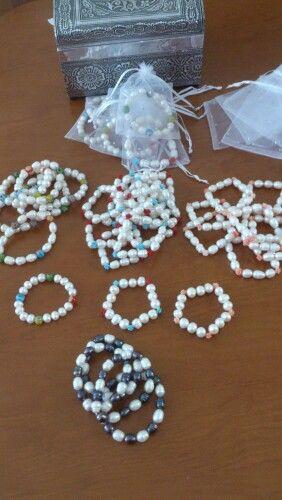 Pulseras de perlas para ofrecer a las invitadss de tu boda con el diseño q tu quieras.