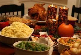 En la cena tradicional del Día de Gracias, el protagonista es el pavo asado.  Se sirve con puré de papas, salsa de arándanos y ejotes cocidos.  Para postre se prepara tarta de calabaza, de camote, de nuez pecana, de manzana y de moras.