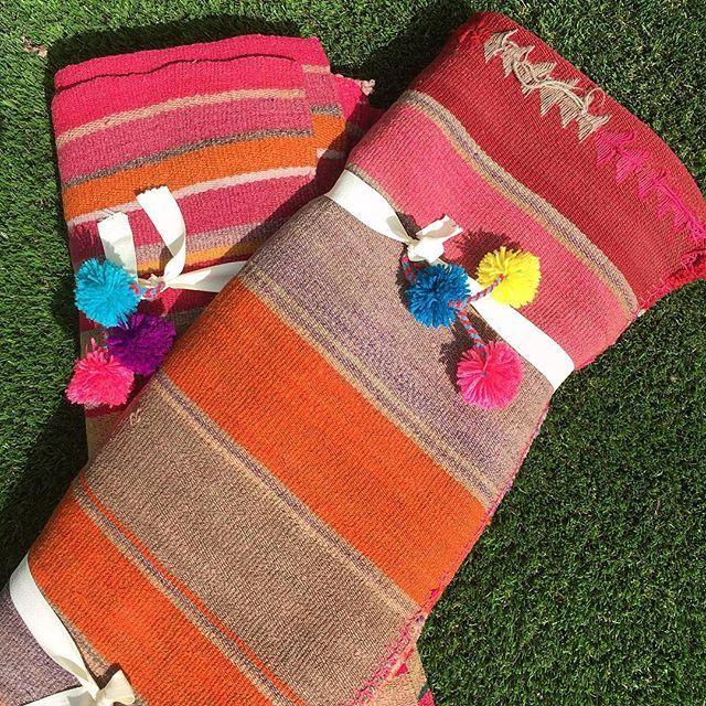 Estas alfombras están listas para irse a la alegre y estilosa casa de una australiana que vive en España. ¡Me encantan las casas que mezclan culturas, como la suya! ♦️ #alfombrasetnicas #alfombras #decoracion #deconordico #estilonordico #bohochic #listadebodas #regalodeboda #alfombra #decoracionnordica #casadediseño #etnico #ecléctico #casa #ideasdedecoracion #ideasdeco #diseño #artesanía #casachic #telares #casasdelmundo #alfombras #colores #bohochic #bohodecoracion #decoracionboho…