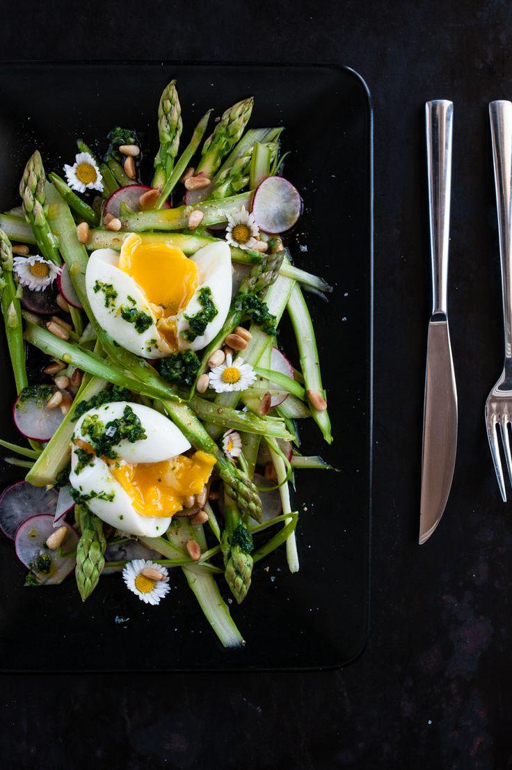 rasierter grüner spargelsalat mit radieschen, wachsweichem ei, gerösteten pinienkernen, radieschenblätter gremolata