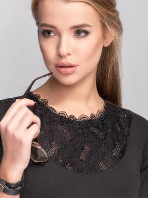 Elegancka gładka #sukienka wykończona koronką czarny