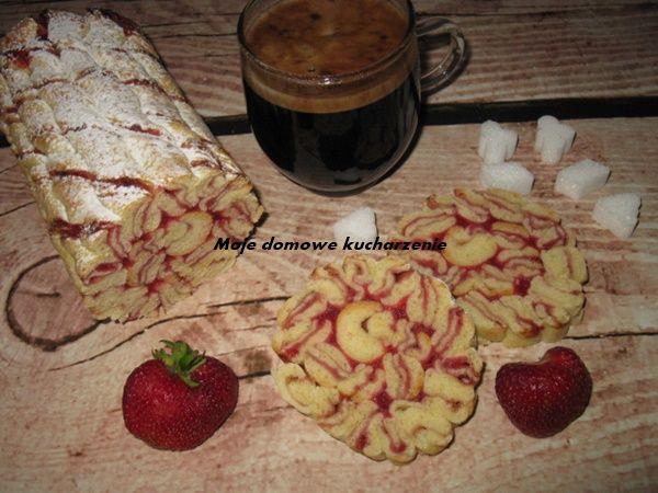 Moje domowe kucharzenie: Zakręcona drożdżówka z truskawkami i rabarbarem