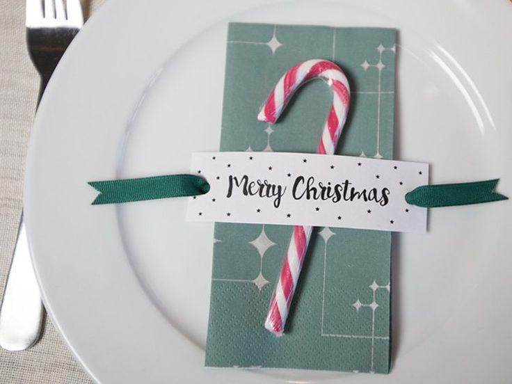 De kan nemt og hurtigt skabe søde kuvertgaver til Deres gæster med blot et stykke juleslik, lidt satinbånd og Annas fine print-selv-ark.