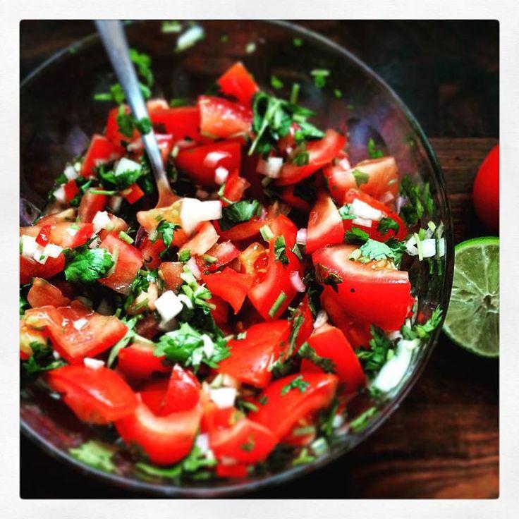 сальса с помидорами:  4 крупных спелых помидора; 1 большая луковица; 1 пучок кинзы; 1-2 перчика чили (красные); сок 1,5 лаймов; немного соли.