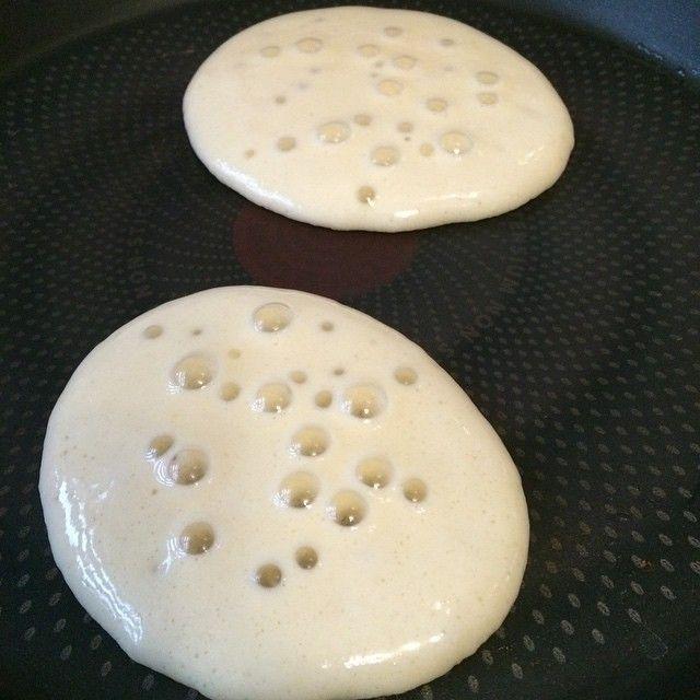 Canımız pancakes isterse 2 adet yumurta 2 yemek kaşığı şeker 1 su bardağı süt 1,5 su bardağı un 1 paket kabartma tozu 1 paket vanilya Pişirme aşamasında kullanmak için gerekirse sıvı yağ(ben kullanmıyorum) Servis önerisi: kivi, muz, çilek, reçel, bal, çikolata #pancakes#harika#bir#lezzet