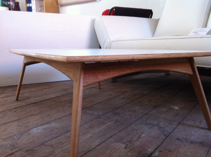 Soffbord i massiv oljad ek med vit laminat Coffe table in solid oak with wite laminate