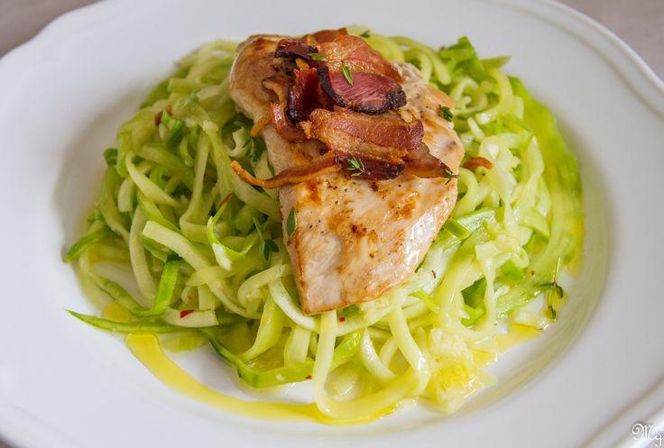 Jednoduchá talianska klasika zdravšie, rýchlejšie a farebnejšie :)! Olivový olej, cesnak a čili zamiešané v cukinových špagetách, kurací steak a opečená slaninka. Nič viac ani netreba dodať :). Ing…
