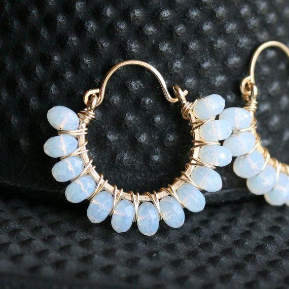 Aros hechos a mano del grano blanco, cristal checo, pendientes blancos, oro 14k, llenado, pendientes de aro de alambre, alambre envueltos aros, moldeadas, Mimi Michele Jewelry
