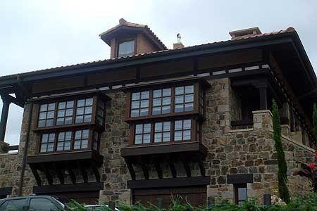 Los miradores pueden realizarse en madera o bien en aluminio lacado por fuera y su madera favorita por dentro. Especialistas en fabricación e instalación de miradores de madera en Bilbao, Vizcaya.